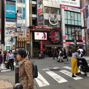 天神西通りCSビジョン前、人通りが多いです